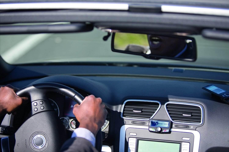 Die Hände am Lenkrad beim telefonieren