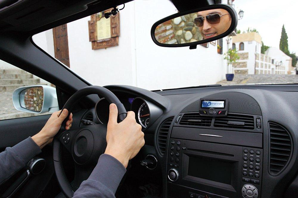 Parrot CK3100 LCD im Einsatz während der Autofahrt